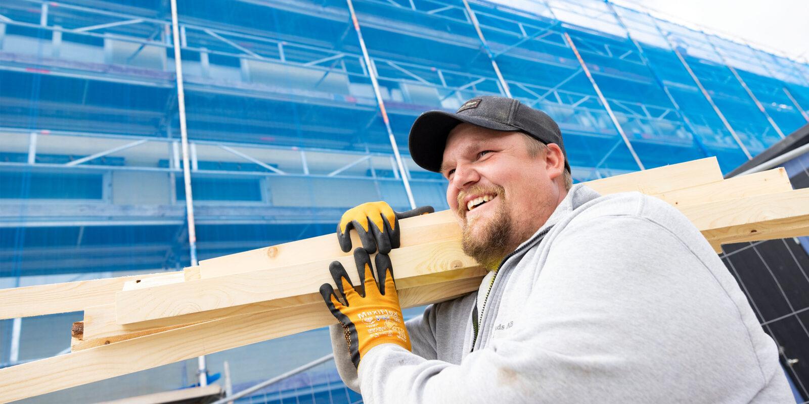 FÖ Bygg, medarbetare bär virke